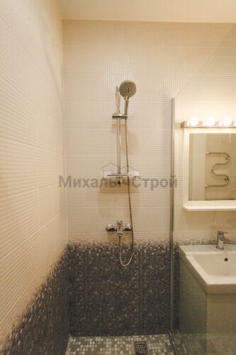 Душевая стойка в ванной